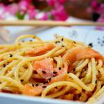 Espaguete ao alho e óleo, com uma mãozinha do salmão defumado