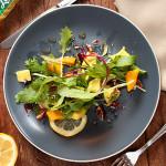 Salada de abacate, folhas, manga e nozes
