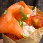 Receita de wrap de salmão defumado, cottage e tomate cereja