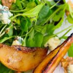 Salada de folhas, pêras grelhadas, gorgonzola e nozes
