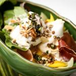 Salada de folhas, manga, parma e sorvete de limão.