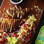 Frango grelhado, molho de chimichurri e salada de abacate, tomate e milho
